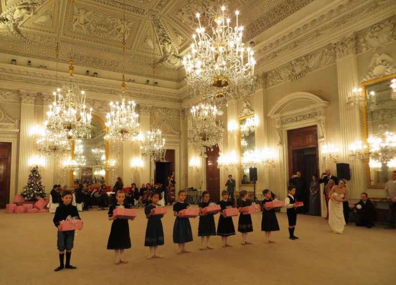 Ballo delle debuttanti 2014 a palazzo pitti fashioninfusion for Planimetrie del palazzo con sala da ballo